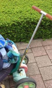 サビ取りして塗装した三輪車でお散歩している写真