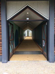 屋根付き運動場の入り口