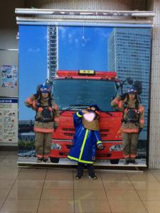 カッコよく消防士メンバーになり切ってハイポーズ!